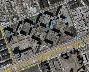 Vista aérea de LeFrak City, Nueva York, con etiquetas de realidad aumentada. Fotografía de Zachary Korb.
