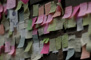 Etiquetas con mensajes sobre una pared de la plaza Catalunya de Barcelona, durante la acampada de los Indignados, el 21 de mayo de 2011.