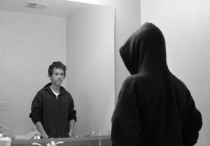 Adolescente frente a un espejo. Fotografía de Pablo Álvarez.