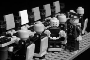 Juego de piezas Lego que representa a un policía deteniendo a un ciberdisidente.