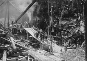 Obreros trabajando en la construcción del viaducto de Bloor.