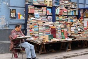 Parada de libros de segunda mano en una calle de Lima, Perú. Fotografía de Geraint Rowland.